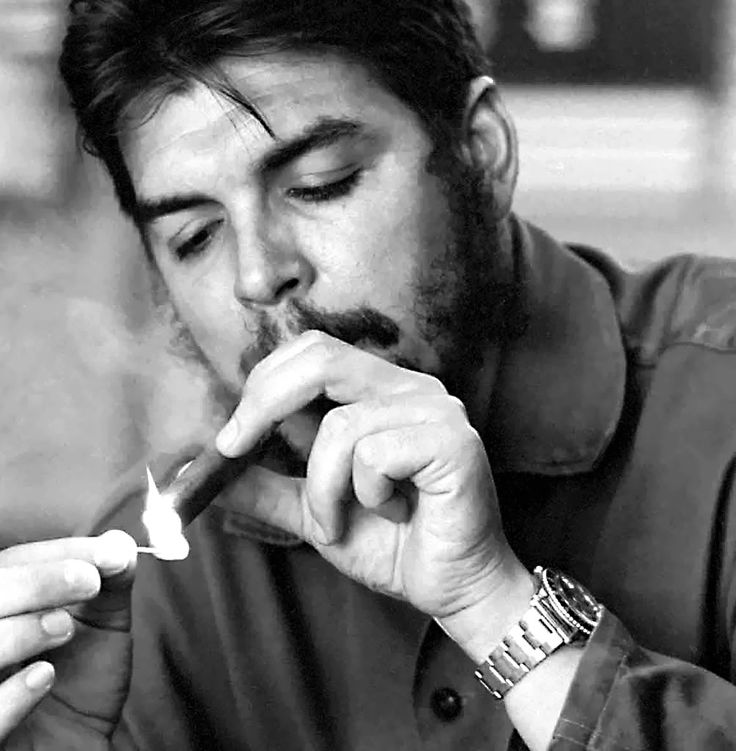 Che Guevara lighting a cigar and sporting a Rolex ... (1003×1024)