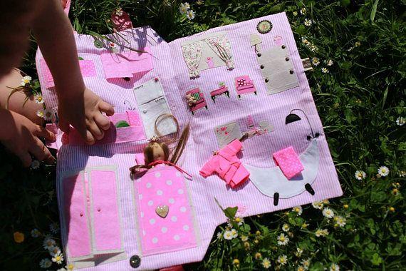 Maison de poupée avec poupée voyage maison de poupée tissu maison de poupée poupée Vêtements Jeans maison de poupée, jeu, maisons de poupées jouets, habiller, jouets maisons de poupées Ici est de vendre la maison de poupée qui est sur la droite vue sur la première photo, celle avec un bras rose. La maison de poupées est un cadeau parfait pour n'importe quelle petite fille. Tous les accessoires sont inclus dans un ensemble avec une maison de poupée. Mini poupée a différents vêtements qui…
