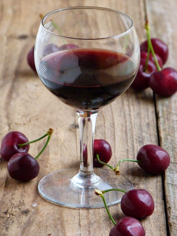 J'ai préparé ce délicieux vin l'année dernière avec un reste de cerises que je venais de cueillir. Comme elles étaient très très mûres, j'av...