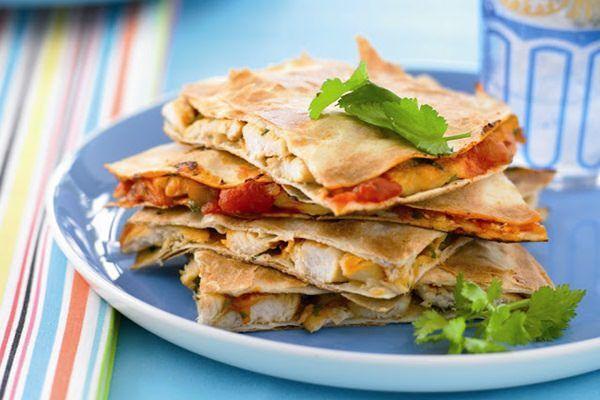 A quesadilla (keszadija) jellegzetes mexikói étel, többféle változatban elkészíthető, ezúttal az alapváltozatot, a csirkés-zöldséges receptjét ajánlom. Diétás időszakban is bátran fogyasztható. Hoz…