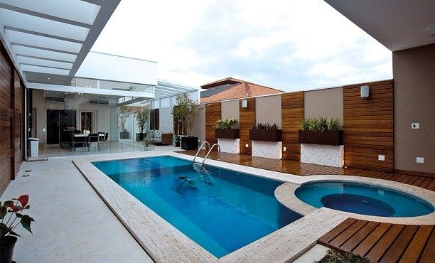 Nas áreas de varandas de piscinas recomendamos guarda corpo inox e para vãos de escada http://www.corrimao-inox.com