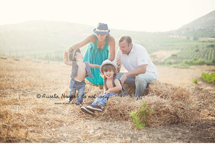 Nel campo giocando con le bale di fieno  © Aurelie Noyer Photography