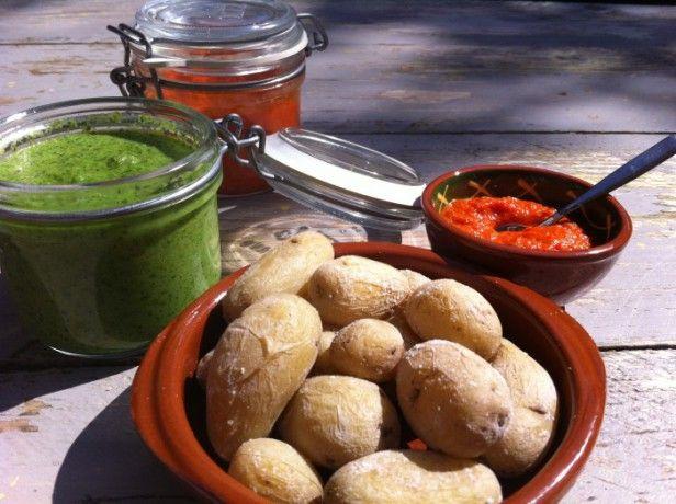 Gerimpelde zoute aardappeltjes, gekookt in de schil, met een rode of groene saus. Papas y mojo zijn een ontdekking van de Canarische eilanden.
