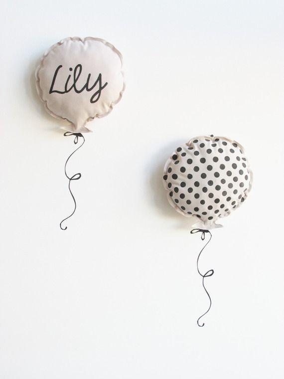 Duo de coussins ballon en sweat nude et son kit sticker, personnalisable.