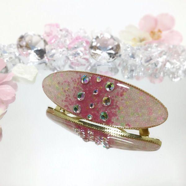 春に使いたいピンクのヘアアクセサリーです。 ピンクの小粒カレットでグラデーションを付けてみました。中央にラインストーンを配置してキラキラ増し!●カラー:ピンク●サイズ:横8.5cm 縦3.5cm●素材:レジン・金属・ラインストーン・ガラスカレット●注意事項:髪を止める際に指を挟まないように注意して下さい。歯車のモチーフに髪を引っ掛けないように注意して下さい。レジン液は性質上長時間日光に当たると変色する恐れがありますのでご了承ください。金属やレジン等でアレルギー反応が出た場合は使用を控えて下さい。●作家名:唄兎#髪飾り #ヘアアイテム #レディース #ハンドメイドバレッタ #バレッタ #ヘアバレッタ #キラキラ #大人かわいい #上品 #ヘッドアクセ #ハンドメイドレジン #レジンアクセサリー #レジンクラフト #透明感 #ジュエリークラフト #キラキラ #大人かわいい #可愛い #上品 #ヘッドアクセ #エレガント #成人式 #和服 #和装 #着物 #結婚 #まとめ髪 #ハンドメイド #handmade…