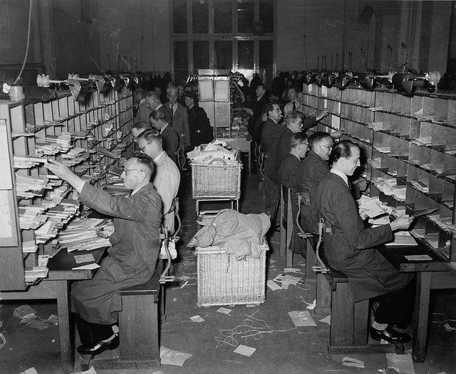 10-17-1952_11052_1 Post sorteren door de postbestellers op het hoofdkantoor in Amsterdam.