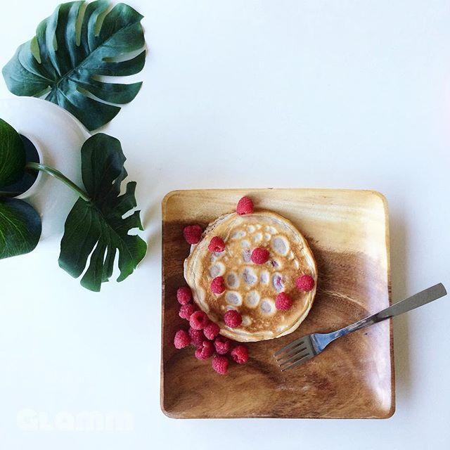 Bom dia! 😉  Panqueca de aveia, whey de morango, e framboesas, para alegrar esta manhã cinzenta! 😋🌧 #blogglamm #breakfast #pancakes #oatmeal #wheyprotein #raspberries #eatclean #heathyfood #healthychoices #instafood