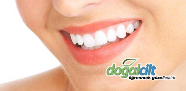 Evde Diş Beyazlatmanın 3 Doğal Yolu - 1 üzerine çilek ve tuz karışımı, dişteki sarı lekeler, kabartma tozu, limon suyu konulu bilgilendirme yazısı.