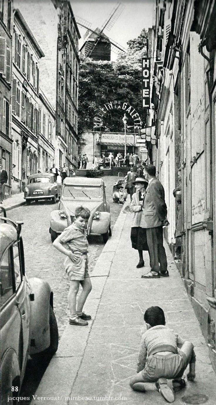 Rue Tholoze, le Moulin de la Galette à Montmartre, Paris circa 1960