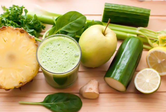 Витаминный коктейль из зеленых овощей подарит заряд бодрости на весь день