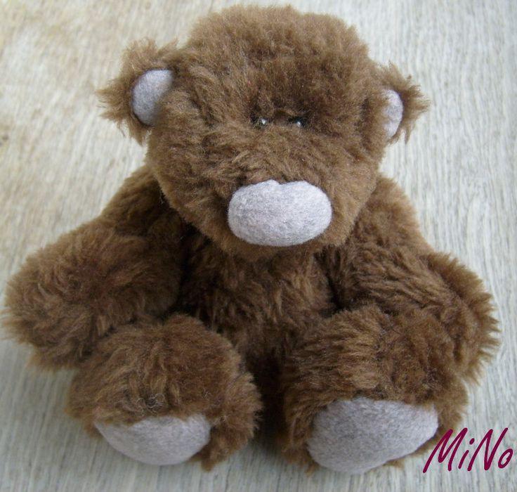 Milivoj Chlupatý Šitý medvídek z hnědého plyše, plněný dutým vláknem, oči korálky. Výška 19 cm.