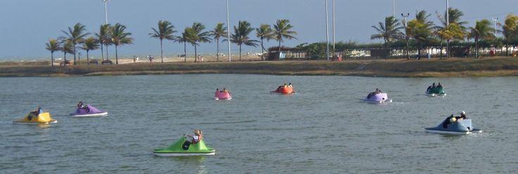 A orla da praia de Atalaia, em Aracaju, é repleta de atrações. Uma delas é o pedalinho, ótima atividade para crianças (e também para adultos).