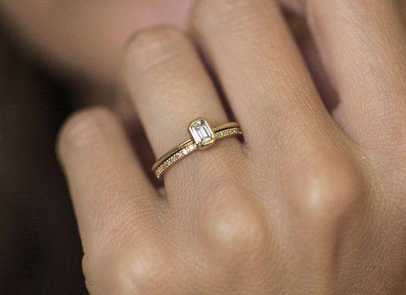 Diamanthochzeitsset. Ringe passen perfekt nebeneinander. Diamantring im Smaragdschliff mit Ewigkeitsdiamantband. Klassisch aber besonders. Ring kommt mit GIA-Zertifikat. Hardwareoptionen – 18 Karat Rosé-, Gelb- oder Weißgold, Platin. Informationen zum