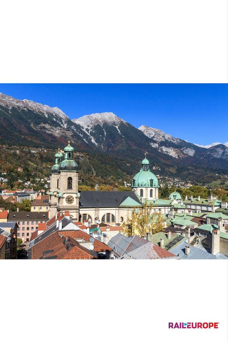 Innsbruck é uma cidade perfeita para explorar as montanhas austríacas e é um destino indispensável para quem gosta de esquiar. Chegue até lá de trem a partir de Salzburg em 2 horas.