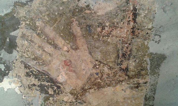 Le mani che stringono la Croce, simbolo francescano, ritrovato durante i recenti interventi di restauro della Chiesa di Sant'Antonio