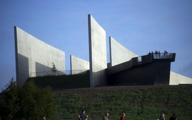 Visitantes caminan para observar el lugar del accidente del vuelo 93, donde…