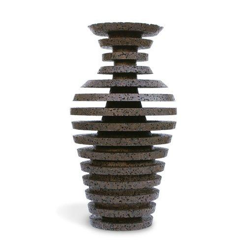 Schizofrenie is afgeleid van de Griekse woorden voor splitsen en geest. Studio Oooms vertaalde dit naar een ontwerp waarbij het geribbelde oppervlak zorgt voor twee verschillende vormen. Een prachtige vaas van Studio Oooms.