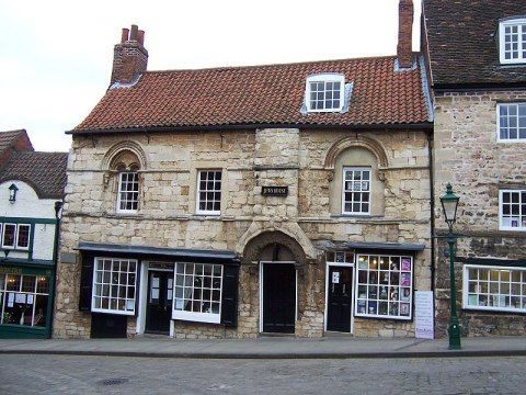 Jews House Centered around the cathedral and castle, the city of Lincoln in the heart of Historic County of Lincolnshire is full of attractive buildings, including fine 16th century and Georgian properties. Excellent shopping and leisure facilities are also available, making Lincoln an ideal location for a short break holiday.