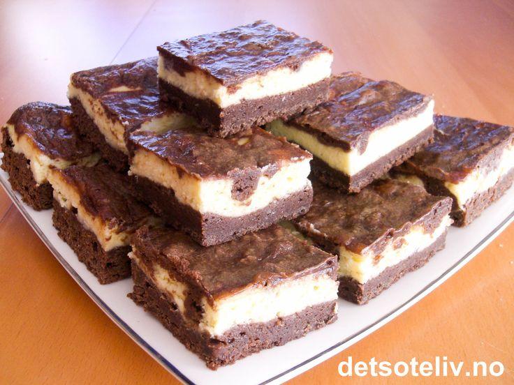 """""""Zebra Bars"""" består av en fantastisk god kombinasjon av brownies og ostekake!!! Oppskriften er til liten langpanne."""