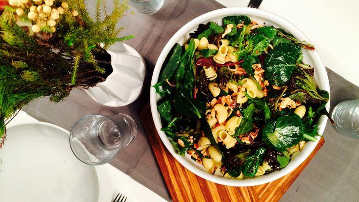 En grønn salat kan alltid redde middagen. Ofte trengs det ikke mer enn fem ingredienser og en dressing for å ha en svær salat stående midt på bordet.