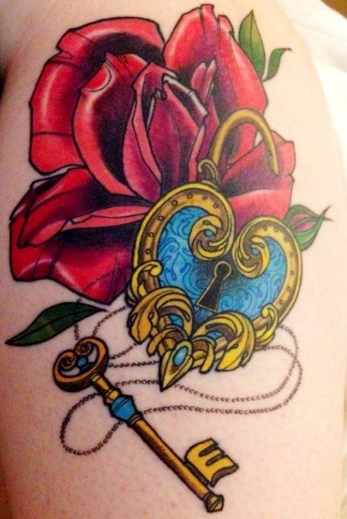 Tatuaggio lucchetto con chiave e una rosa
