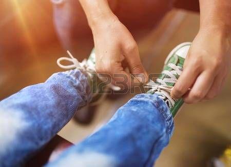 lace: Père attacher les lacets de chaussures de son fils voyager en train.