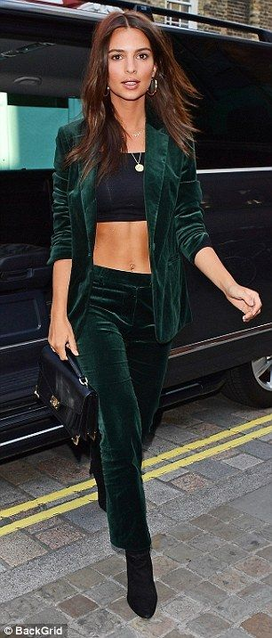 Emily Ratajkowski bares killer abs in crop top in London | Daily Mail Online