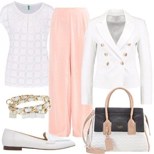 Outfit composto da: morbidi pantaloni rosa, t-shirt bianca, giacca bianca con bavero e bottoni dorati, scarpe senza lacci in pelle, borsa a mano in finta pelle e bracciale in pelle bianco.