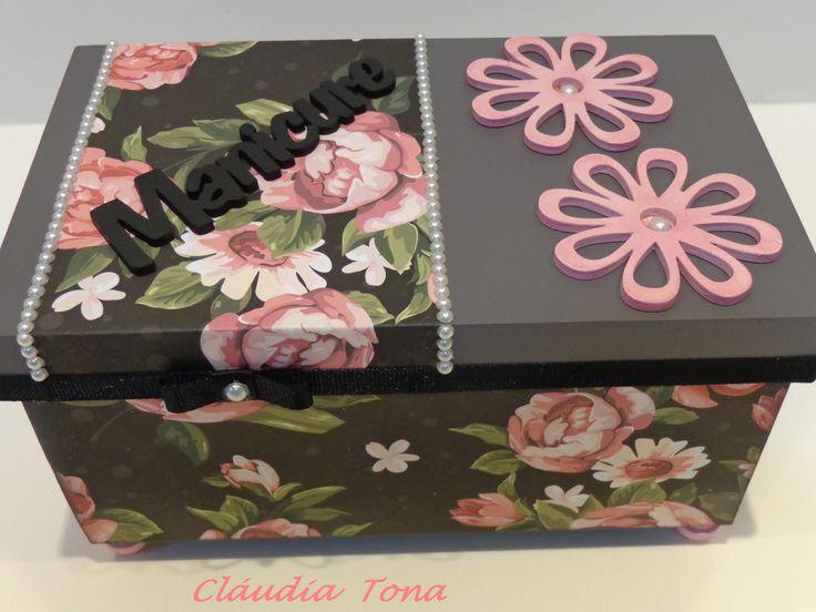 Caixa em MDF 12x20x8. Tamanho interessante para lembrança. Decorada com papel de scrap, chipboard de flor, pérolas e pezinho de madeira e fita gorgurão preta. Interior pintado de rosa com detalhe em carimbo.