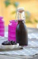 Liqueur de cassis maison - Recette.  Égrapper les cassis, les mettre dans un bocal. Préparer un sirop de sucre, le laisser refroidir et le mélanger à l'alcool....