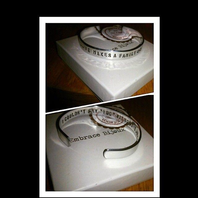 """Deze armband gaf ik aan mijn zusje om haar als getuige te vragen voor onze bruiloft! Aan de buitenkant staat: Love makes a family. Aan de binnenkant staat: I couldn't say """"I do"""" without you.."""