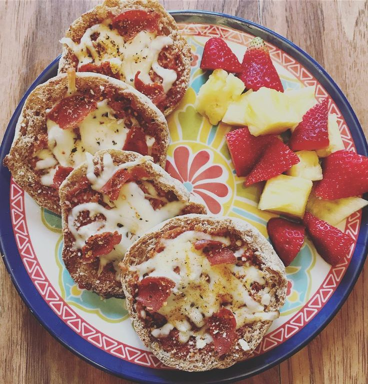 Late lunch today, so I decided to make some English Muffin pizzas! 🍕 2 light English muffins {5sp} + @thedailydoseofpepper Crockpot Mariana {0sp} 🍅 + lite mozz {1sp} 🧀 + turkey pepperoni {0sp} 🦃 & a side of strawberries 🍓 + pineapple 🍍 6sp total- 8/23 . . #wwfreestyle #weightwatchersonline #wwonline #weightwatchersjourney #weightwatchersfooddiary #beyondthescale #weightwatchers360 #wwcommunity #weightwatcherscommunity #smartpoints #weightwatcherssmartpoints #wwinspiration…
