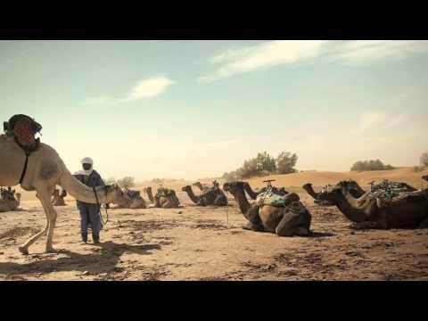 Taragalte Festival in Marokko.    In M'hamid, de laatste oase van de Drâa-vallei aan de rand van de onmetelijke Sahara, vindt jaarlijks in november een uniek muziekfestival plaats: het Taragalte Festival. Een levendig en kleurrijk schouwspel, waarbij je kennismaakt met de unieke cultuur van de woestijnbewoners. Filmmaker en fotograaf Emmely van Mierlo is voor SNP op pad geweest en heeft dit prachtig in beeld gebracht.
