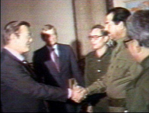 Saddam Hussein saluda Donald Rumsfeld, enviado especial del presidente Ronald Reagan, en Bagdad el 20 de diciembre., 1983