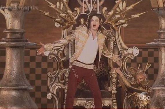 """La tecnología da para mucho y una prueba de ello es que ayer durante la celebración de los Billboard Music Awards pudimos ver el regreso de Michael Jackson a los escenarios a pesar de que el """"Rey del Pop"""" falleció el 25 de junio del año 2009. Su reaparición se produjo gracias a un holograma creado para la ocasión."""