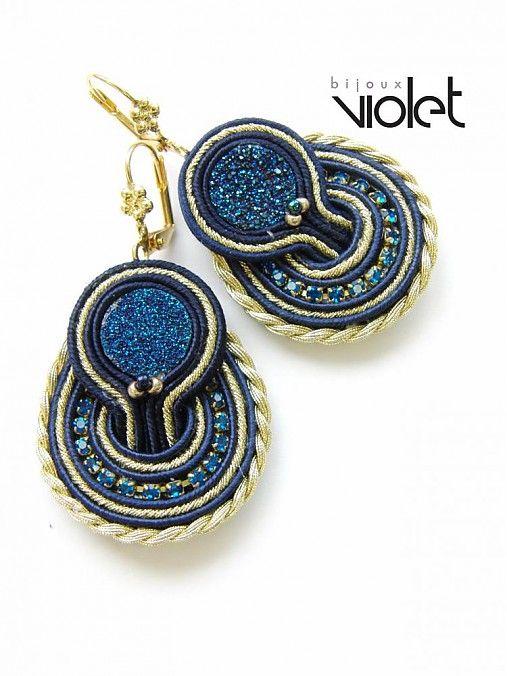 Jedinečné autorské náušnice dua Violet Bijoux vyrobené zo šujtášu, polodrahokamu Achát a štrasovej retiazky.  Použité háčiky sú klasické bižutérne bez obsahu niklu. Šitie zo zadu za...