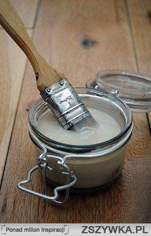 klej, podkład i lakier w 1  Mąka, woda, ocet biały (spirytusowy), cukier Wymieszaj mąkę z cukrem w rondlu (w proporcji 3:1). Dodaj zimnej wody, tak by zrobić pastę i rozbić grudki. Wtedy podgrzewaj na średnim ogniu, aż zgęstnieje. Dodaj łyżeczkę octu. Pozwól miksturze wystygnąć przed użyciem. Przechowuj w pojemniku bez dostępu powietrza. Można przechowywać w lodówce kilka tygodni lub dłużej.  Źródło: media-cache-ec6.pinterest.com
