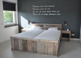 Omschrijving Dit bed is gemaakt van oud steigerhout. Het is een mooi en degelijk bed waar u nog heel lang plezier van zult hebben.Wij kunnenhet bed ook maken in nieuwhout met een white- grey-of blackwash.Tweepersoonsbed verkrijgbaarin diverse maten, o.a: 120x 200cm / 140x200cm / 160x200cm / 180x200cm / 200x200cm / enz.Ook is bij elke matrasbreedte de lengte van 210cm en 220cm geen probleem.Maak uw bestelling compleet door er een lattenbodem, matras of kussens bij te bestellen.
