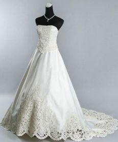 Bohemisk brudklänning med spets och släp