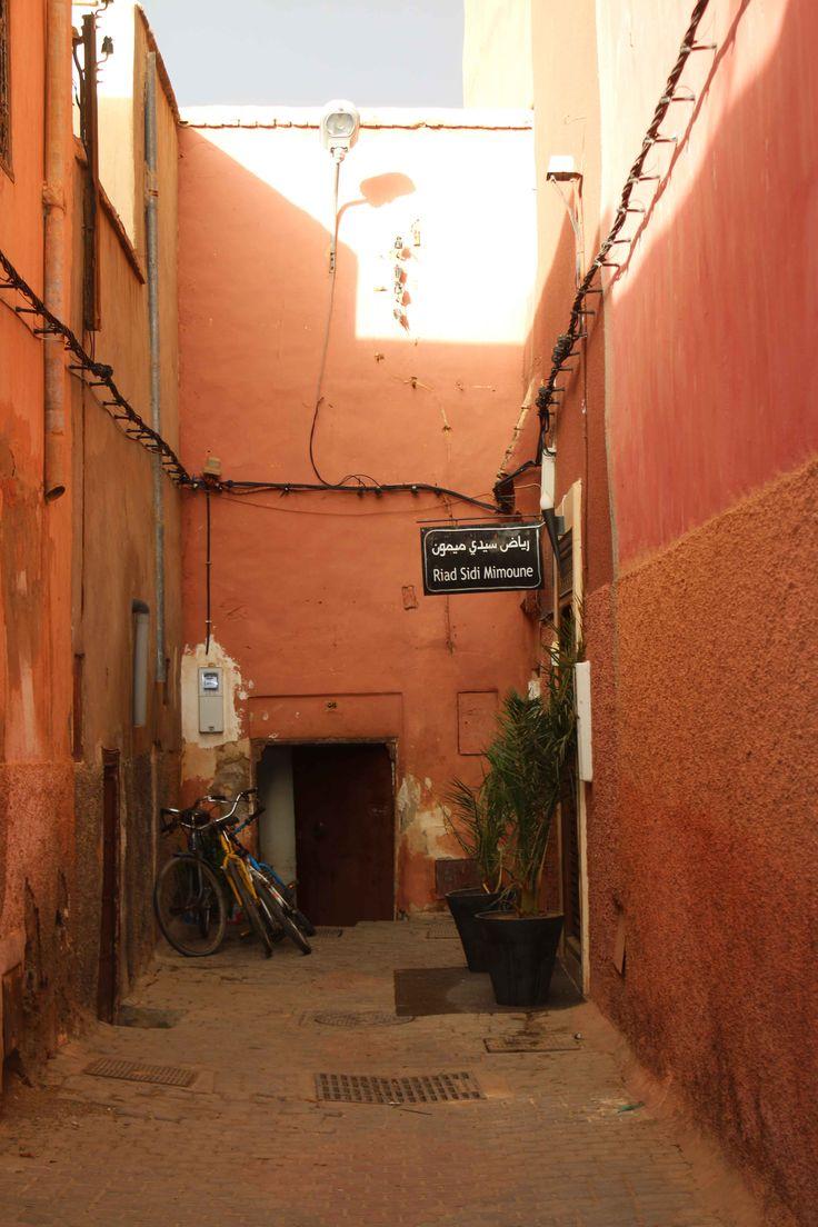 Calles de la medina en Marrakech, Marruecos. Visita mi página web para leer mis aventuras en Marruecos: https://unachicatrotamundos.wordpress.com/2016/08/03/marrakech-una-ciudad-de-colores-y-especias/