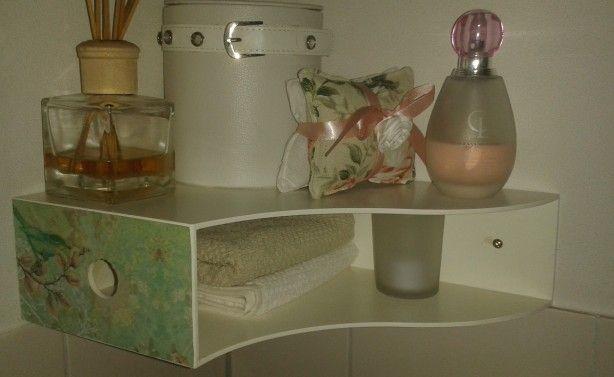 In plaats van een plankje in de toilet, een simpele ordner schilderen en pimpen...Ontzettend praktisch ook nog!