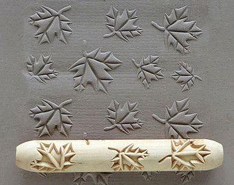 Deze natuurlijke houten hand-roller is diep gesneden en maakt een mooie afdruk op klei of polymeerklei (of op PMC). Het is 10cm lang (4 inch), en 1,5 cm in diameter (1/2 inch plus). Het is geen laser gesneden: alle de gravure wordt gedaan met een schuine kant zodat het ontwerp releases eenvoudig en netjes uit de klei. Het hout is afgewerkt met teng olie maken een langdurige handje van zeer hoge kwaliteit. De roller kan worden gerold met de hand over het oppervlak van een klei-plaat, of…