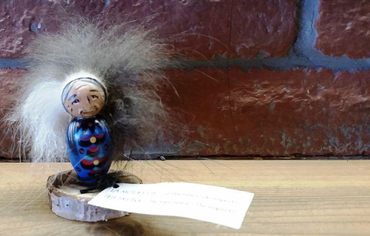 Poupée amérindienne, Protection de l'Esprit de l'animal totem et du Vieux Sage, fourrure de la moufette, style autochtone, Premières Nations de la boutique OOKOmShA sur Etsy