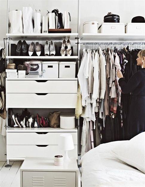 гардероб для небольшой площади,идеи организации гардеробной,шкаф,вешалка,перемещаемая вешалка,подвесная вешалка,шторы вместо дверок,комод