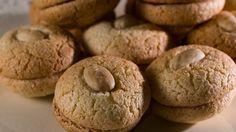 Μια πανεύκολη και γρήγορη συνταγή για ένα παραδοσιακό γλύκισμα. Εργολάβοι για το απόλυτο, πατροπαράδοτο … κέρασμα στους επισκέπτες και όχι μόνο. Μια συνταγή του Στ. Παρλιάρου. Υλικά συνταγής 320 γρ. αμύγδαλα λευκά + φιλέ αμυγδάλου για την επιφάνεια * 600 γρ. ζάχαρη άχνη 5 αυγών τα ασπράδια Εκτέλεση συνταγής 1.Χτυπάμε