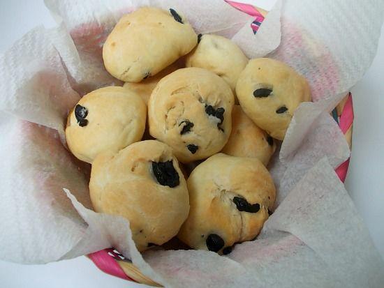 Le pucce con olive sono dei panini tipici del Salento, sono molto semplici da preparare in casa e davvero saporiti.