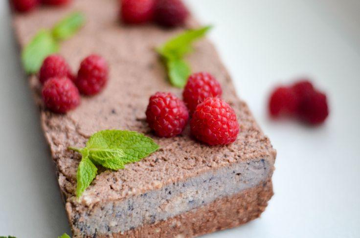 Nepečený dort bez přidaného cukru? Možnost použít jakékoli oblíbené sezónní ovoce? Přesně takový je tenhle ořechový dort, naše srdcovka ❤️