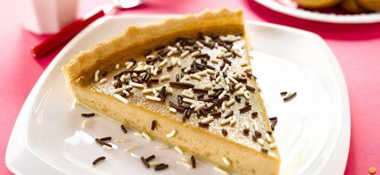 Kook altijd onder toezicht van een volwassene      Verwarm de oven voor op th. 6 – 180°C.      Smeer een grote taartvorm in met boter (of leg er bakpapier in). Leg het deeg in de vorm en druk het goed tegen de rand. Strijk met de vlakke kant van een mes over de rand (zo valt het overtollige deeg eraf).      Breek de speculoos in kleine stukjes en doe ze in een grote steelpan. Voeg ongeveer de helft van de melk toe en dan de suiker. Verwarm op zacht vuur en roer tot alles goed ...