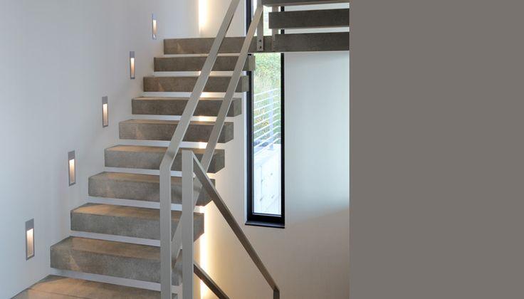 Treppe mit schwebenden Stufen und Wandeinbauleuchten (Sichtbeton) - Haus Rheinblick
