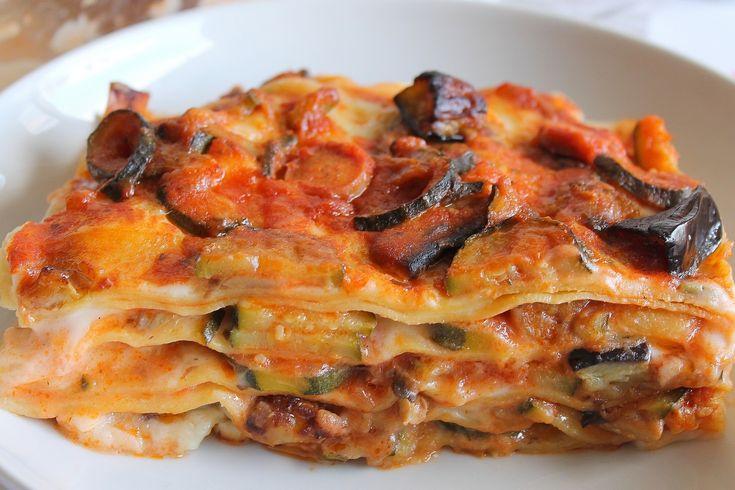 Le lasagne con besciamella, verdure e wurstel sono un primo piatto dal sapore ricco e molto intenso, ideale per una domenica in famiglia. Ecco la ricetta